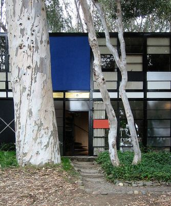 Main entry of the Eames House, Pacific Palisades, California. (Wikimedia Commons/John Morse)