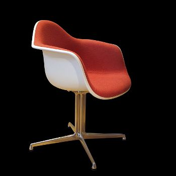 Eames chair (Wikimedia Commons/rama)