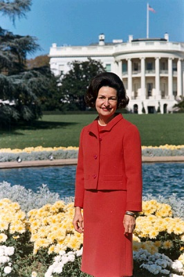 Photo portrait of First Lady Lady Bird Johnson in the back yard of the White House (Wikimedia Commons/Robert Knudsen, White House Press Office (WHPO)