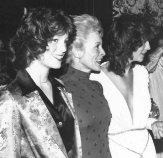 Actress Janet Leigh with her daughters Kelly Curtis (left) and Jamie Lee Curtis (right) at the National Film Society convention in May 1979. The star of 'Psycho' and other classics died on Oct. 3, 2004. (Wikimedia Commons / Alan Light)
