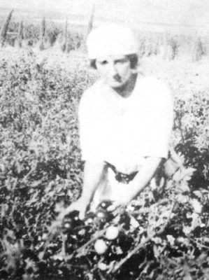 Golda Meir working in the fields at the kibbutz, 1920s (Wikimedia Commons/Public Domain)