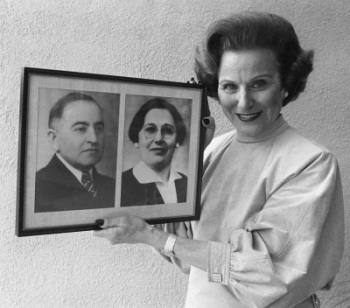 Abigail Van Buren, better known as Dear Abby, holds a photo showing her mother and father ... In 1905, her parents Abraham Friedman and Rebecca Rushall were faced with the decision of a lifetime, whether to leave Russia. It would be 13 years before Rebecca gave birth to the twins who would become America's best-loved advice columnists. (AP Photo/Doug Pizac)